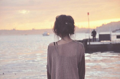 2012_07_le-love-blog-girl-alone-seaside-ocean-sunset-knit-sweater-http-weheartit-comentry10875205-463211-475-313